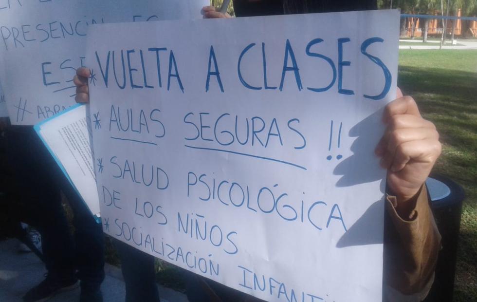 Padres protestaron para reclamar por el regreso de la clases presenciales en Corrientes