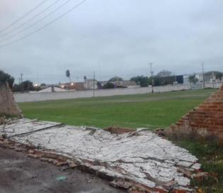 El temporal tumbó el muro de un club en Corrientes