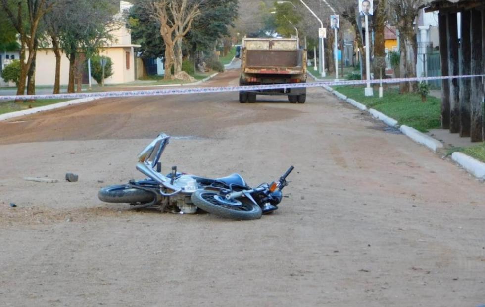 Un joven motociclista murió tras chocar con un camión en Corrientes