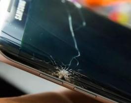 Discutió con su novio, le arrojó un celular por la cabeza y lo mató