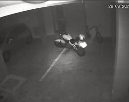 """Una moto """"poseída"""" se encendió sola y chocó contra un auto"""