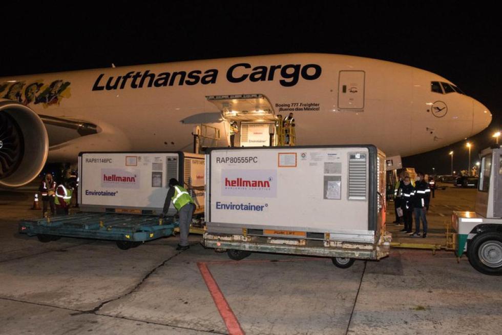 avion cargo aeropuerto cargamento vacunas.jpeg