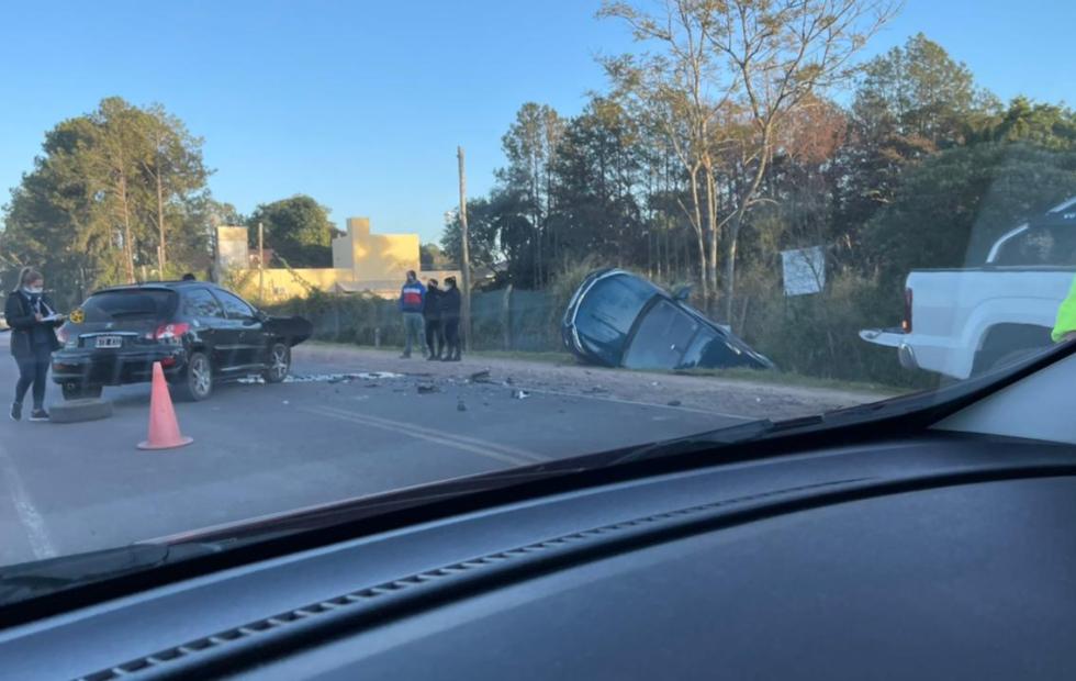Dos autos chocaron fuertemente en una ruta de Corrientes