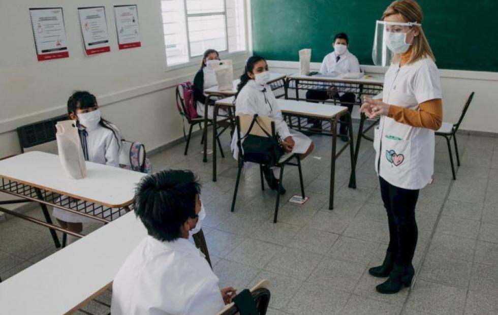 Docentes sin vacunar y sin PCR no podrán ingresar a las escuelas y tendrán descuentos