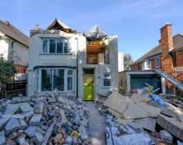 Un albañil les destruyó la casa a sus jefes porque en vez de pagarle se fueron de vacaciones