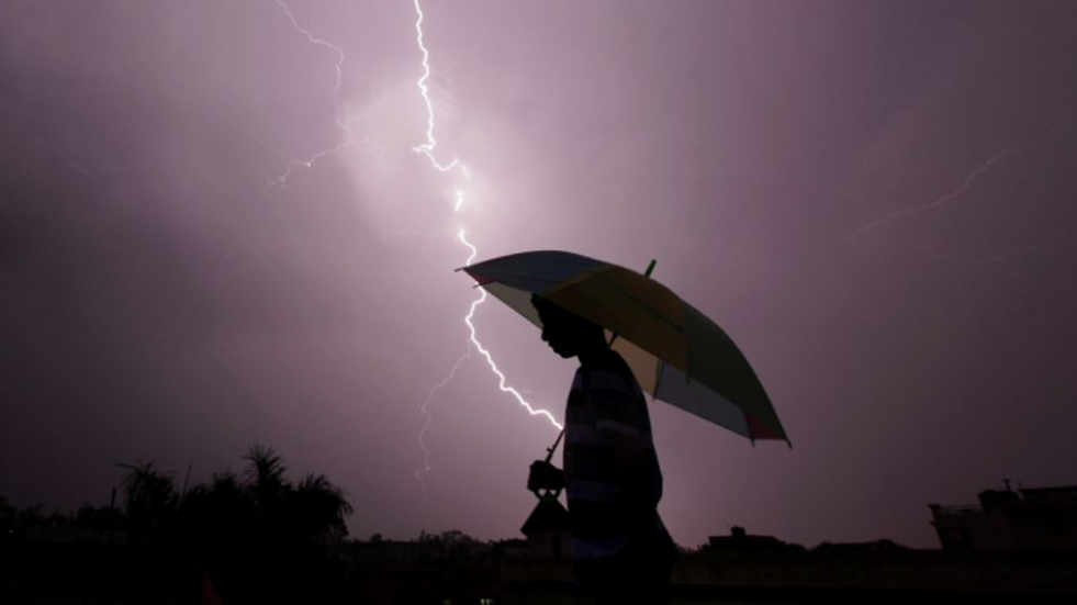 tormenta rayo mujer con paraguas.jpg