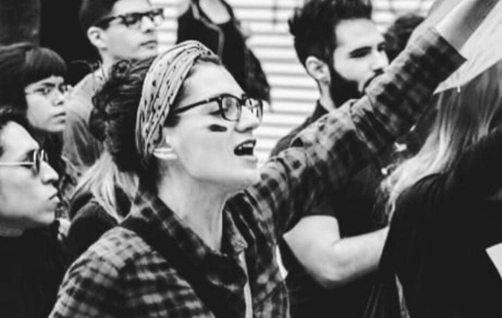Una docente de un colegio religioso participó en una marcha feminista y la echaron