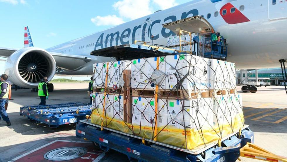 avion america airlines aterrizando en ezeiza con dosis de pfizer 3.jpg