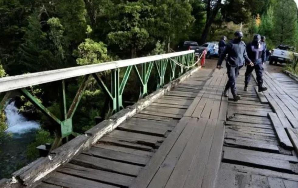 Una chica murió al caer de un puente y el novio asegura que fue por tomarse una selfie