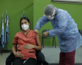 Las embarazadas vacunadas pasan la protección a sus bebés, según un estudio