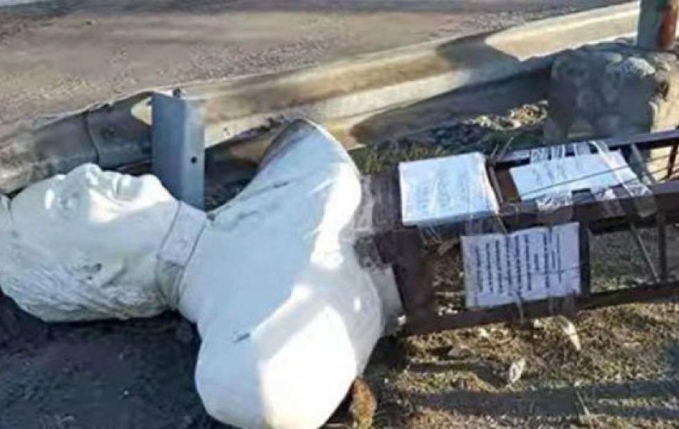 Un hombre destrozó un busto a Néstor Kirchner con su camioneta
